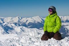 Hombre joven en nieve en montañas Fotos de archivo