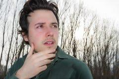 Hombre joven en paisaje del invierno con los árboles foto de archivo