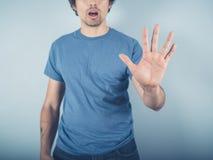 Hombre joven en parada azul del refrán fotografía de archivo