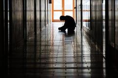 Hombre joven en pasillo Fotos de archivo libres de regalías