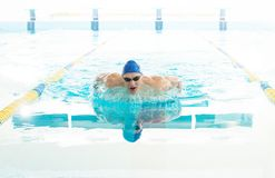 Hombre joven en piscina Foto de archivo