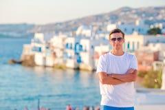 Hombre joven en poca Venecia el área turística más popular en la isla de Mykonos, Grecia Foto de archivo libre de regalías