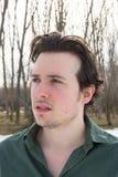 Hombre joven en retrato al aire libre del invierno imagenes de archivo