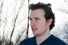 Hombre joven en retrato al aire libre del invierno fotos de archivo libres de regalías