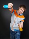 Hombre joven en ropa de moda con las bebidas Fotografía de archivo libre de regalías