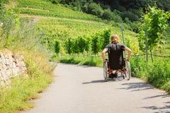 Hombre joven en sillón de ruedas imagen de archivo libre de regalías