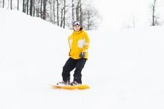 Hombre joven en snowboard Imágenes de archivo libres de regalías