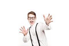 Hombre joven en sorpresas de los vidrios y manos del choque para arriba Foto de archivo