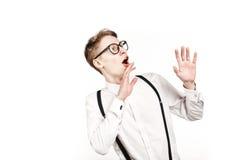 Hombre joven en sorpresas y choque de los vidrios Foto de archivo