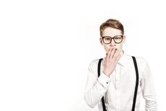 Hombre joven en sorpresas y choque de los vidrios Imagen de archivo