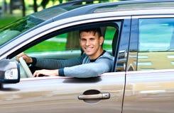 Hombre joven en su coche Fotografía de archivo
