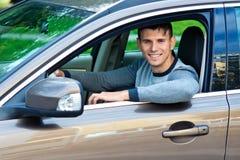 Hombre joven en su coche Imagen de archivo