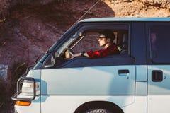 Hombre joven en su coche o furgoneta que acampa Foto de archivo