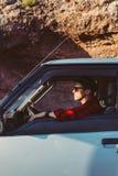 Hombre joven en su coche o furgoneta que acampa Imagenes de archivo