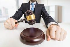 Hombre joven en traje con el mazo en oficina Concepto de la subasta o de la justicia imagen de archivo