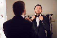 Hombre joven en traje formal Fotos de archivo libres de regalías