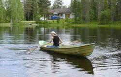 Hombre joven en un barco Foto de archivo