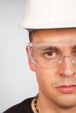 Hombre joven en un casco protector Imagen de archivo