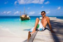 Hombre joven en un embarcadero Foto de archivo libre de regalías