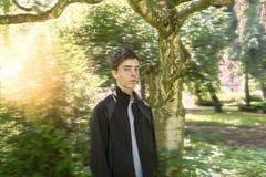 Hombre joven en un jardín soñador Fotos de archivo