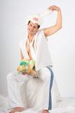 Hombre joven en un juego de una liebre blanca Foto de archivo libre de regalías