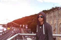 Hombre joven en un puente en una ciudad grande Fotografía de archivo libre de regalías