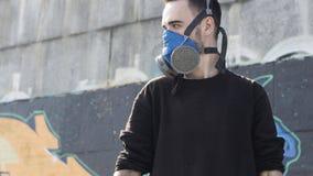 Hombre joven en un respirador Cultura de la calle Fotos de archivo libres de regalías