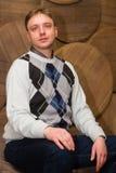 Hombre joven en un suéter ligero Imagen de archivo libre de regalías