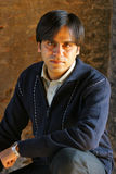 Hombre joven en un suéter romántico Fotos de archivo
