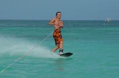 Hombre joven en un Wakeboard de la costa de Aruba Fotografía de archivo libre de regalías