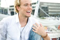 Hombre joven en un yachtclub Fotos de archivo