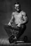 Hombre joven en una bici de los pequeños niños Foto de archivo libre de regalías
