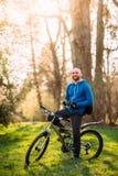 Hombre joven en una bicicleta Foto de archivo libre de regalías