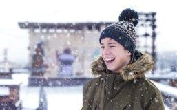 Hombre joven en una calle de la ciudad durante nevadas Imagen de archivo