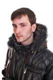 Hombre joven en una chaqueta de cuero Fotos de archivo libres de regalías