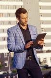 Hombre joven en una chaqueta de la tela escocesa Fotografía de archivo libre de regalías