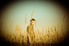 Hombre joven en una hierba Fotografía de archivo