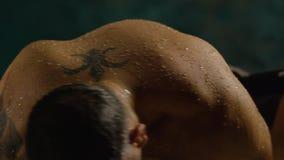 Hombre joven en una piscina Nadador hermoso El salir atractivo del individuo del agua El salir del deportista de la natación almacen de video