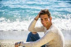 Hombre joven en una playa en Sunny Summer Day Imagen de archivo libre de regalías