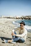 Hombre joven en una playa en Sunny Summer Day Imágenes de archivo libres de regalías