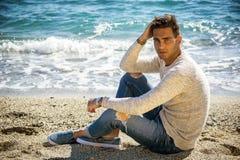 Hombre joven en una playa en Sunny Summer Day Foto de archivo libre de regalías