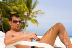 Hombre joven en una playa tropical Fotografía de archivo libre de regalías