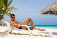 Hombre joven en una playa tropical Fotos de archivo