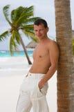 Hombre joven en una playa tropical Fotografía de archivo