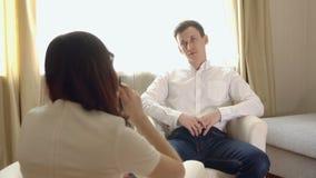 Hombre joven en una recepción con un psicólogo de sexo femenino