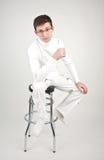 Hombre joven en una silla de la barra fotografía de archivo