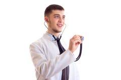 Hombre joven en vestido del doctor Fotografía de archivo libre de regalías