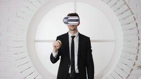 Hombre joven en vidrios de la realidad virtual VR Cartulina de Google almacen de video