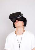 Hombre joven en vidrios de VR Fotografía de archivo libre de regalías