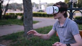 Hombre joven en 360 vidrios de VR Vidrios de la realidad virtual metrajes